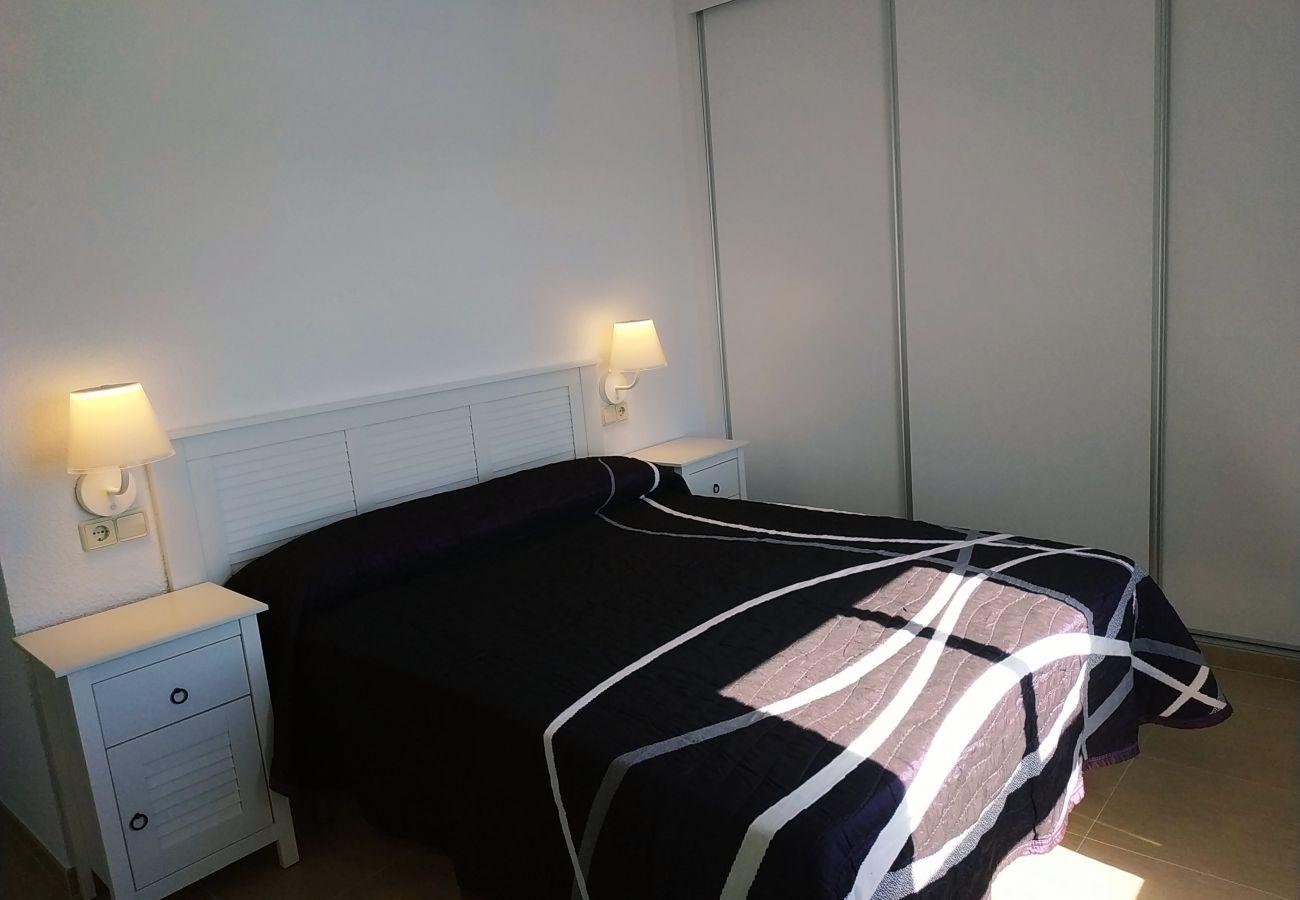 Dormitorio con cama de matrimonio para 2 personas